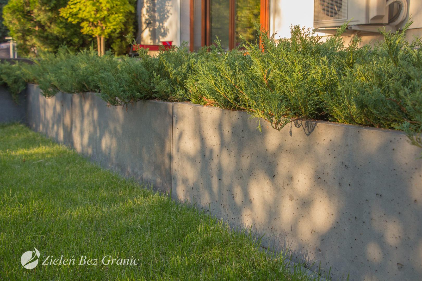 Geometryczna, betonowa donica.