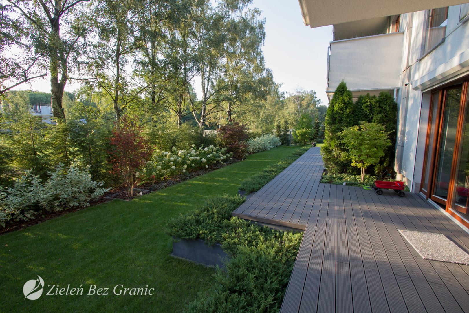 Nowoczesny ogród na parterze.