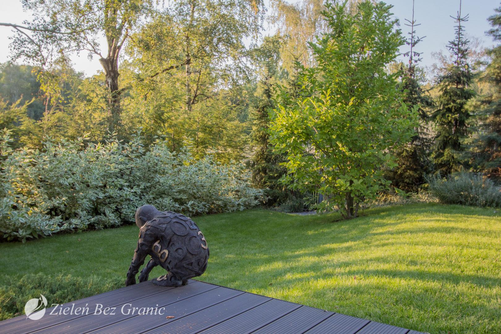 Pomysł na elegancki, minimalistyczny ogród przydomowy w Warszawie.