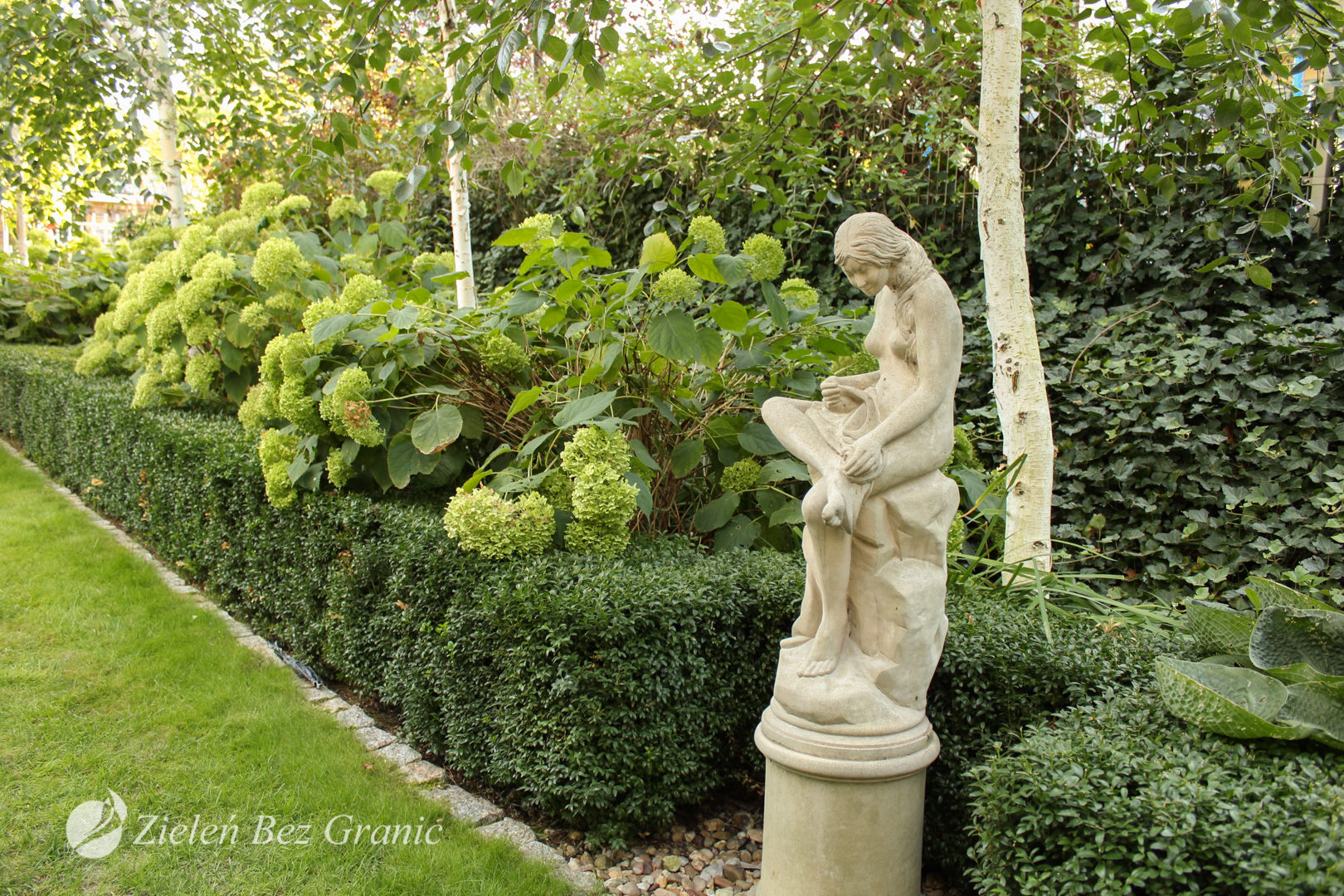 Rzeźba ogrodowa jako element dopełniający kompozycję.
