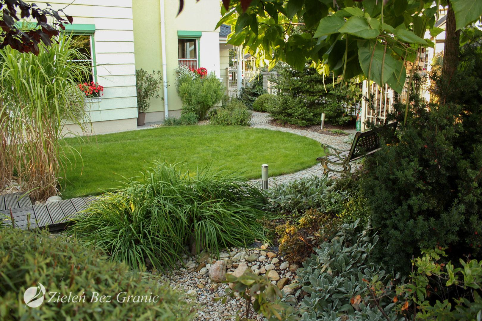 Niewielki ogród zaaranżowany w klasycznym stylu.