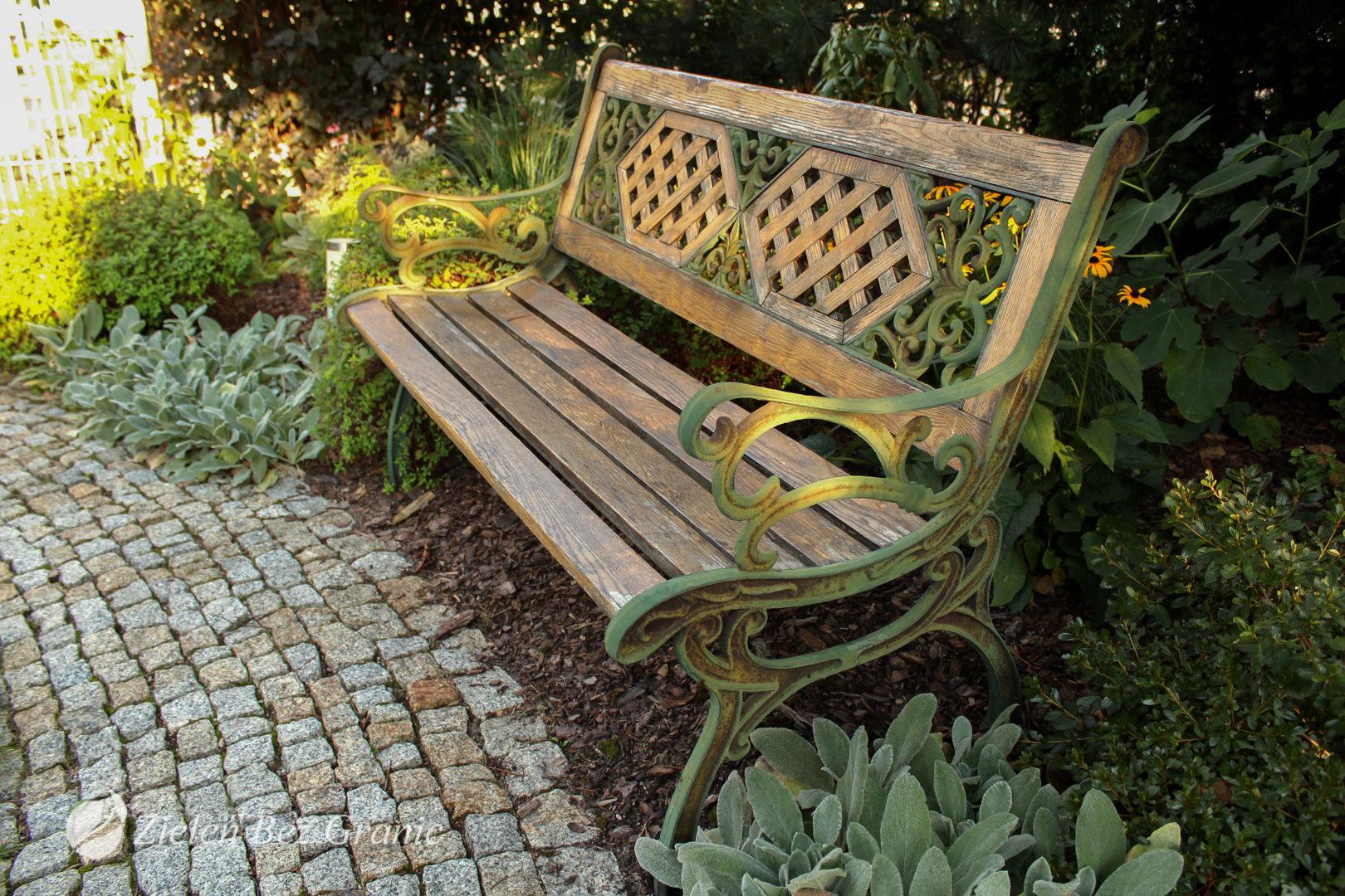 Elegancka ławka w stylu klasycznym.