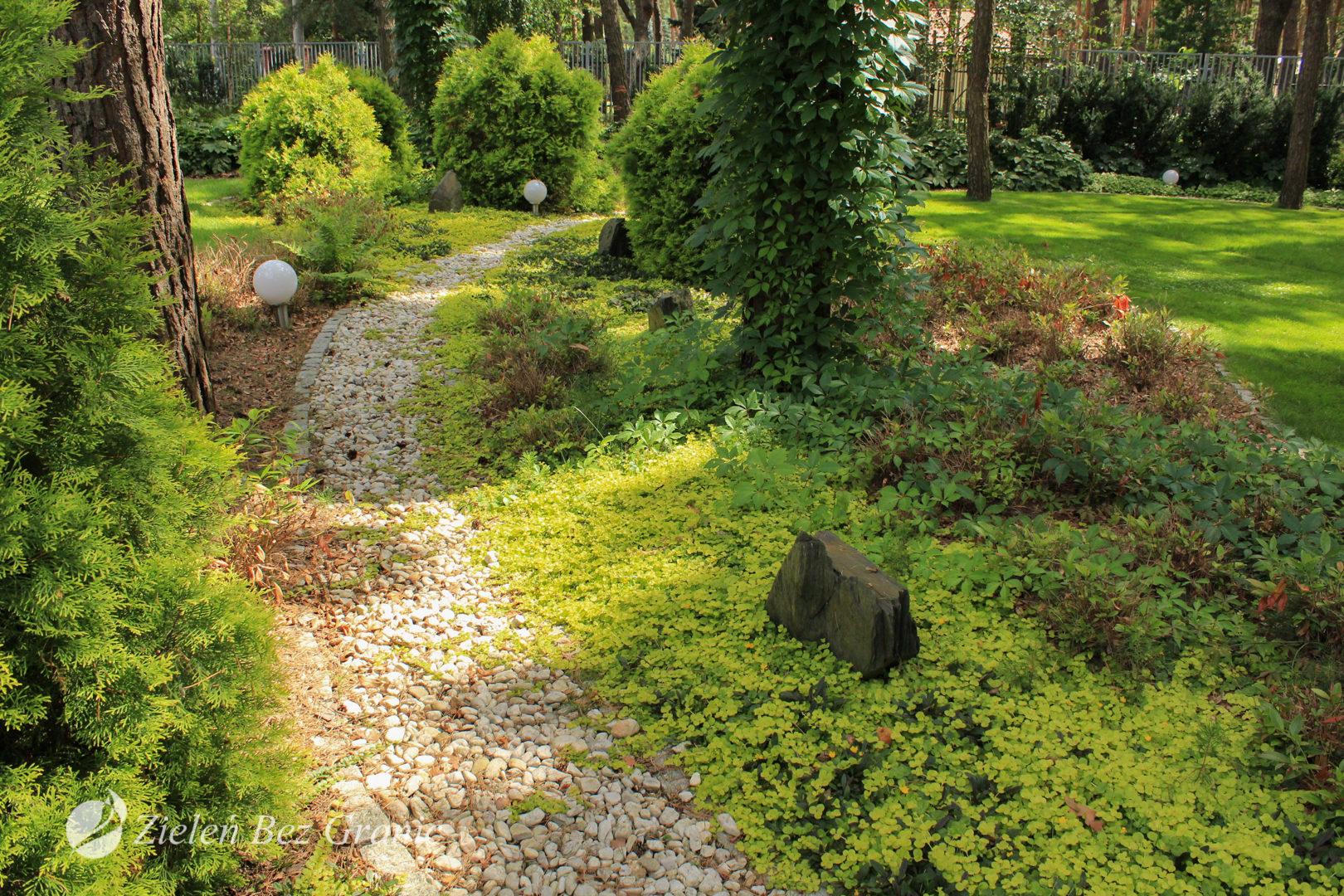 Naturalistyczna aranżacja ogrodu przydomowego.