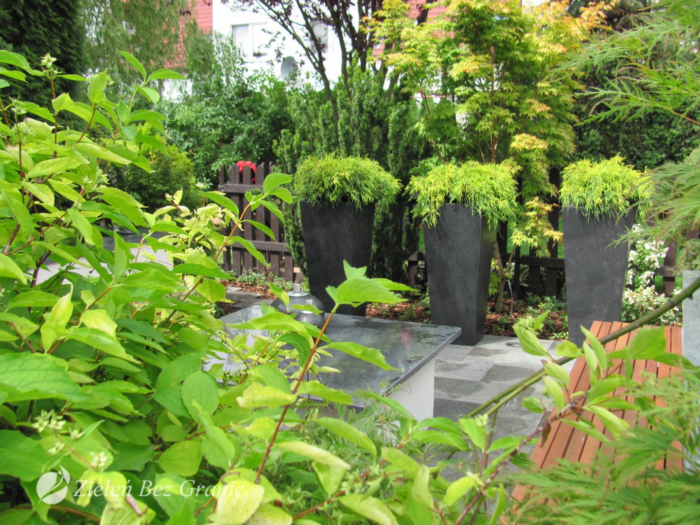 Nowoczesne donice w ogrodzie.