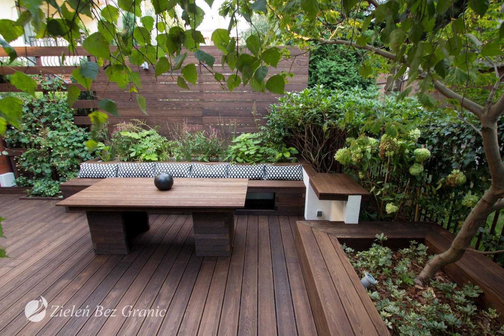 Osłonięty ogród od widoku sąsiadów zapewnia kameralny wypoczynek.