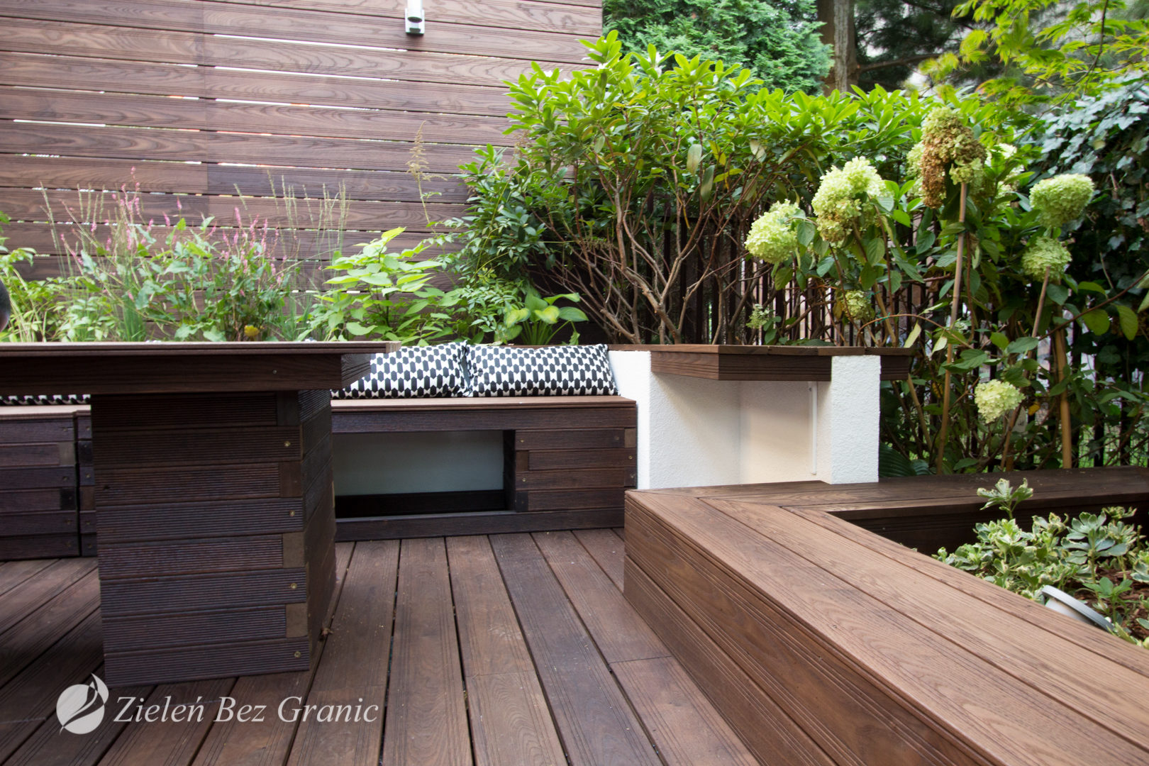 Drewniane elementy na tarasie