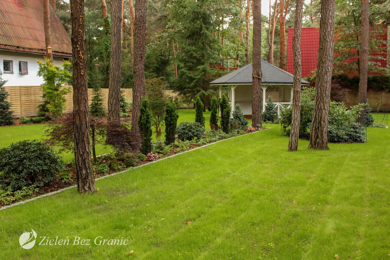 Ogród w lesie.
