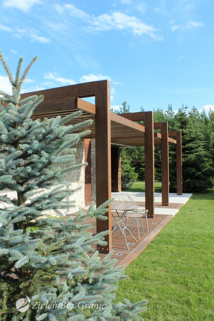 Drewniana pergola w ogrodzie.